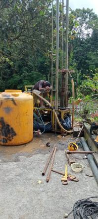 Proses Pengeboran Tanah Di Halaman SD No 1 Sepang kelod